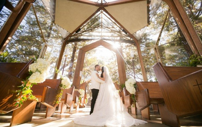 bride and groom kissing in the sun at wayfarers chapel